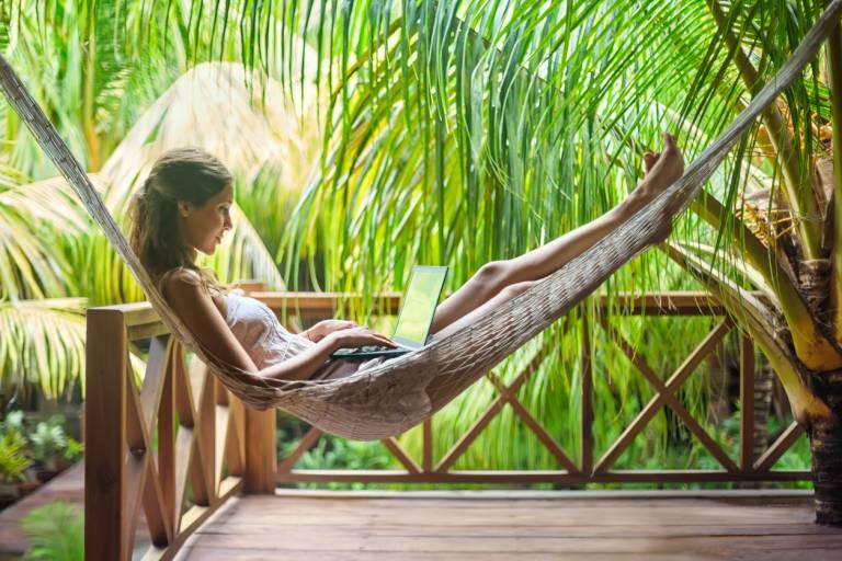 Девушка с ноутбуком на открытом воздухе