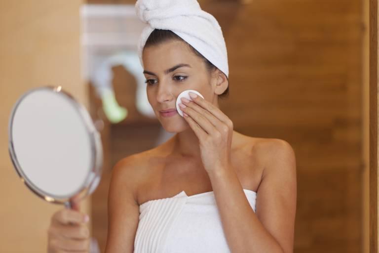 Женщина ухаживает за кожей лица