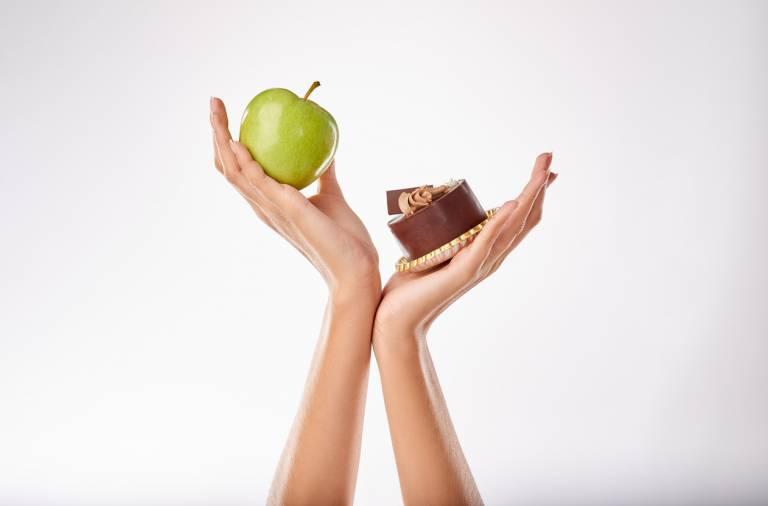 Яблоко и пирожное