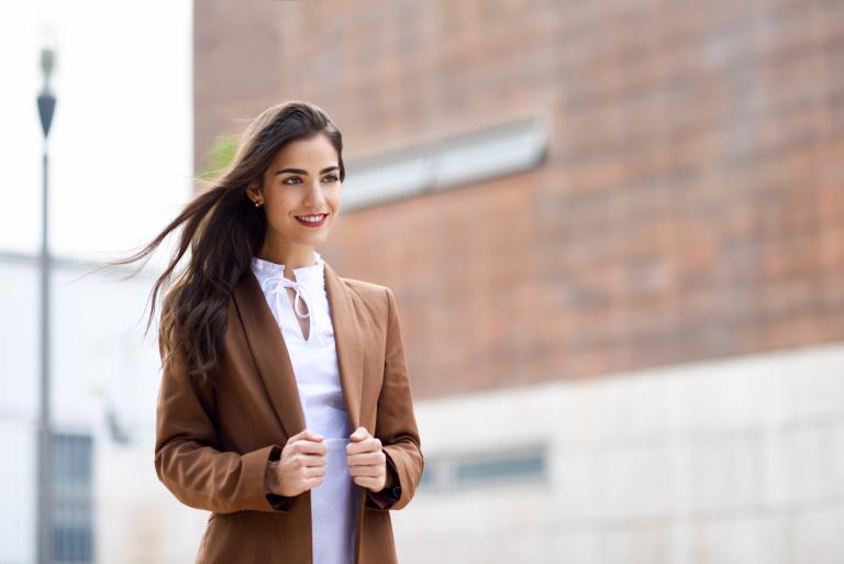 Девушка с длинными волосами на улице