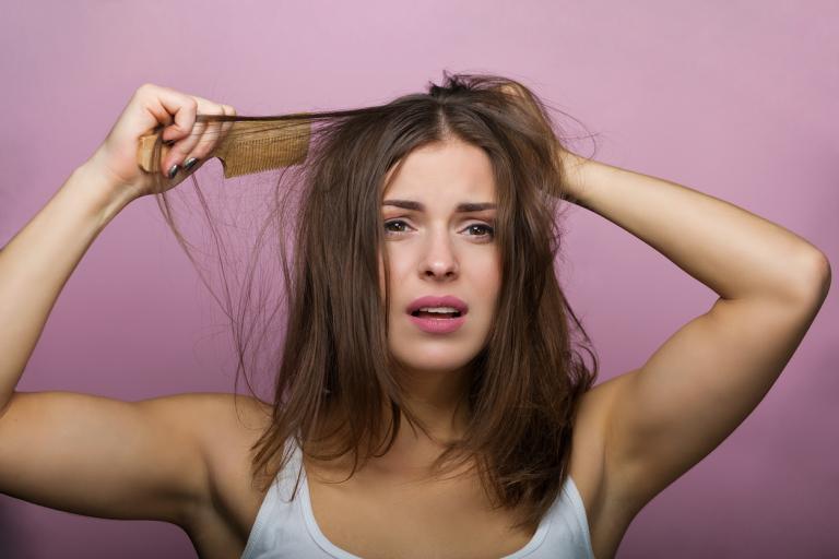 Женщина с проблемой выпадения волос