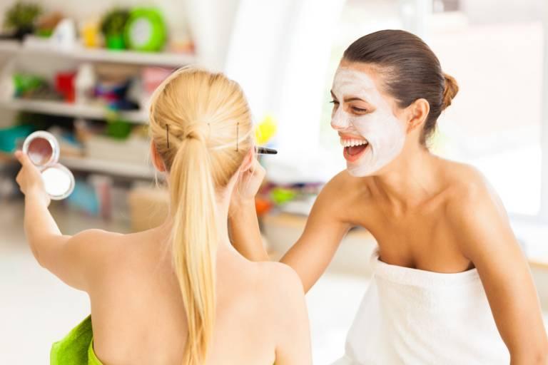 Две девушки с косметическими масками