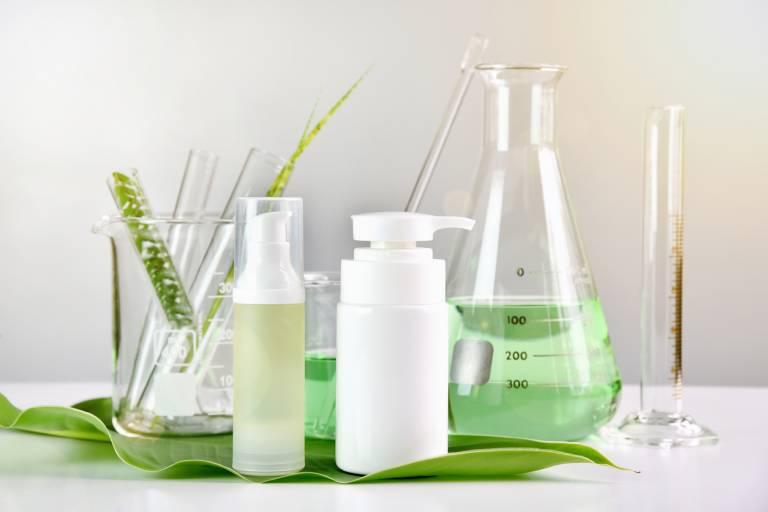 Мензурка и крем в лаборатории