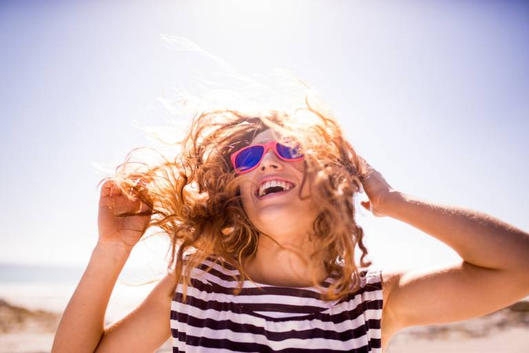 Женщина в солнцезащитных очках на солнце