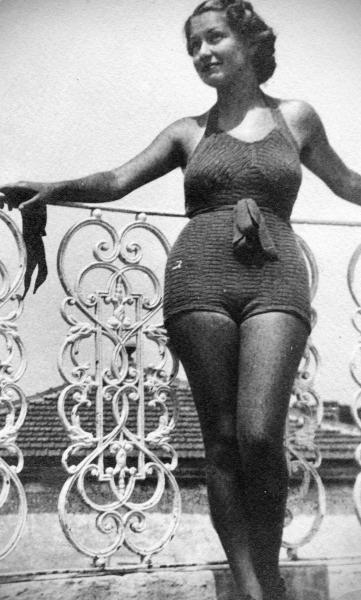 Ретро фото - женщина в купальном костюме