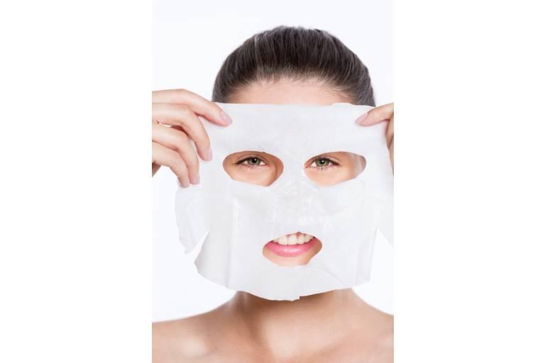Женщина с тканевой маской