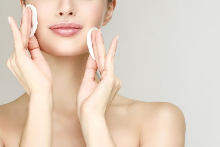 Что лучше: очищение кожи с водой или без?