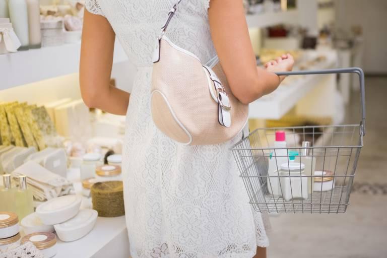 Женщина покупает косметику