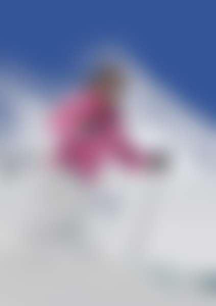 Женщина катается на лыжах