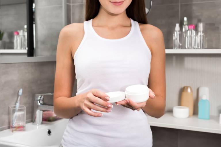 Женщина с увлажняющим кремом