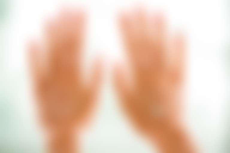 руки с кремом