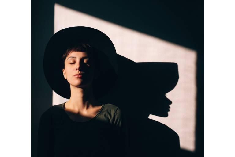 Девушка в солнечном свете