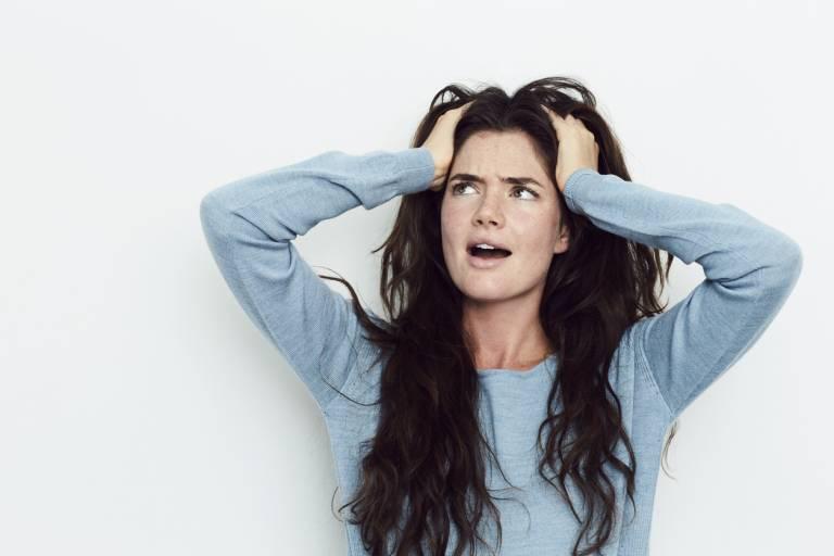 Женщина схватилась за волосы