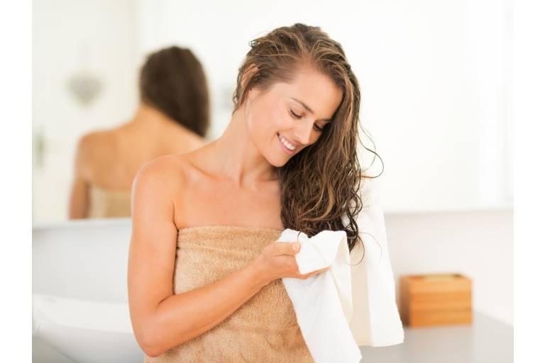 Женщина с мокрыми волосыми