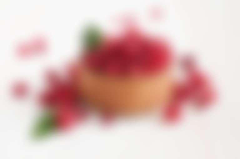 Лукошко с ягодами клюквы