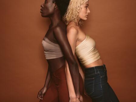 девушки — чернокожая и белокожая