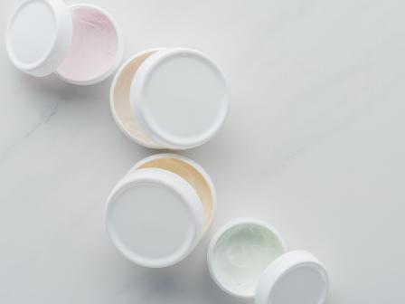 Кремы для лица в белых баночках