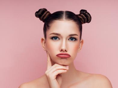 Девушка с красивым лицом озадачена проблемами кожи