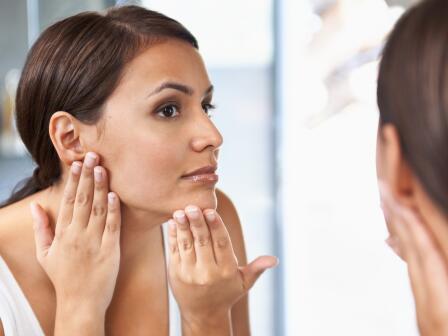 девушка рассматривает кожу