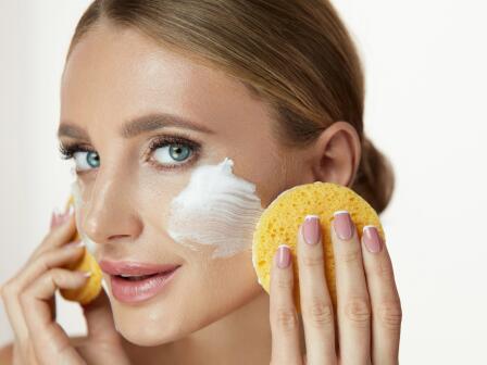 девушка очищает кожу