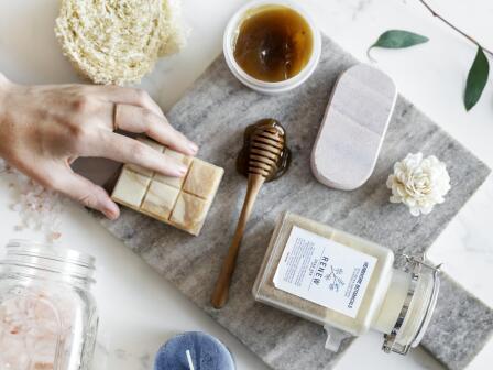 разложены мед, соль, средства  для очищения кожи
