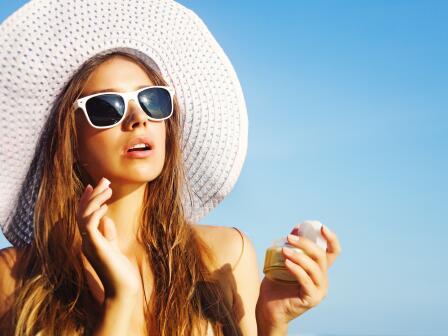 Девушка с солнечных очках и шляпе