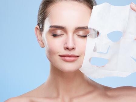 Девушка снимает тканевую маску
