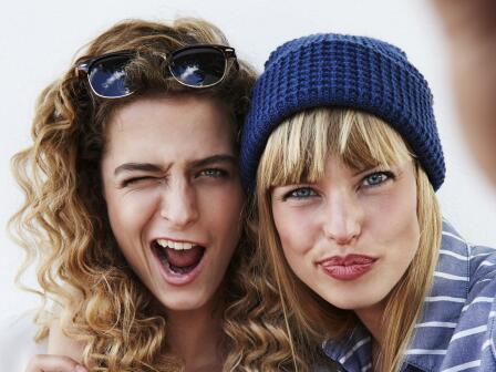 две девушки с красивой кожей корчат гримасы для селфи