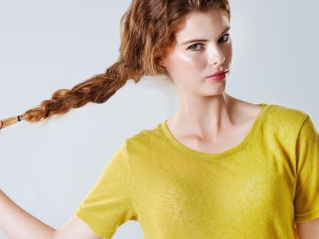 Рыжая девушка с косой