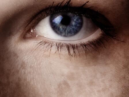 Части лица - глаз, веснушки на щеках