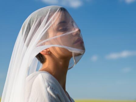 Юная девушка в белой длинной вуали