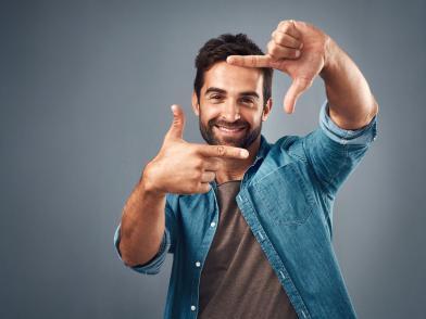 Мужчина с бородой и делает предполагаемую фотографию
