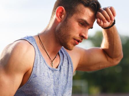 мужчина после занятий спортом