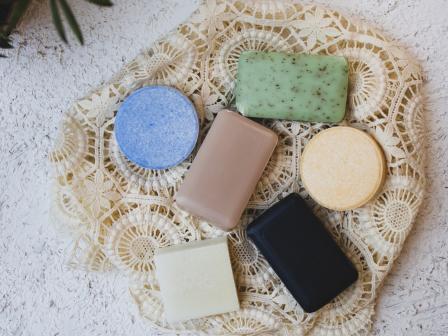 Разноцветные куски мыла на светлой кружевной ткани