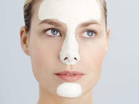 Девушка с белой маской из глины на Т-зоне лица