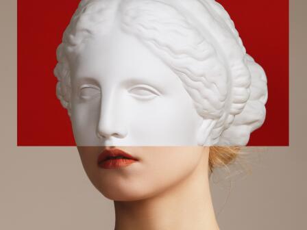 девушка с ухоженной кожей наполовину статуя
