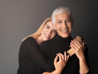 две женщины разных возрастов выбирают средство ухода за кожей лица
