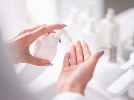 Руки девушки, выдавливающей из тюбика очищающее средство