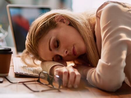 Светловолосая девушка спит на клавиатуре