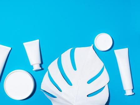 Белые тюбики и баночки с косметикой  помогают правильно ухаживать за кожей ребенка