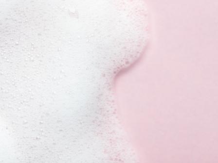Пена, символизирующая сульфаты в составе шампуней.