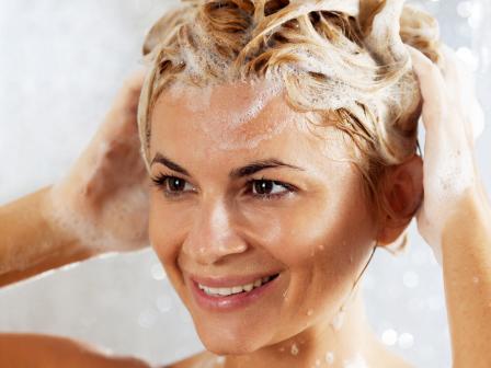 Крашеная блондинка намыливает голову