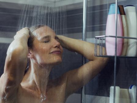 Девушка моет голову