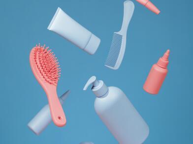 Средства для дополнительного ухода за волосами падают на синем фоне