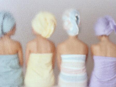 Девушки с полотенцами на головах в хаммаме