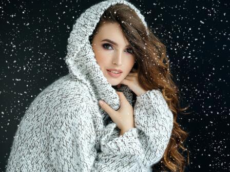 Девушка и снежинки, символизирующие перхоть