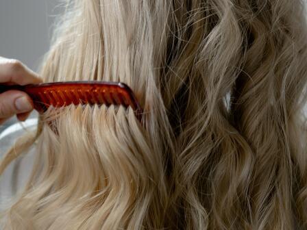 Расчесывание длинных волнистых волос блондинка