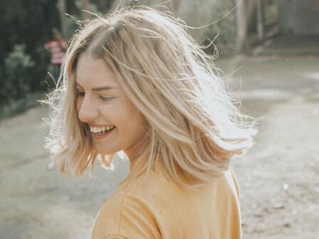 блондинка с чистыми волосами после мытья головы