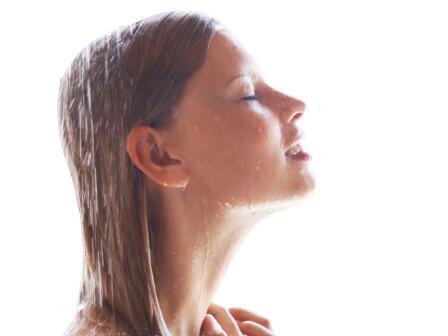 Вода стекает с лица и волос девушки в профиль