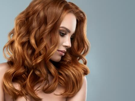 Девушка с медно-золотистыми вьющимися густыми волосами